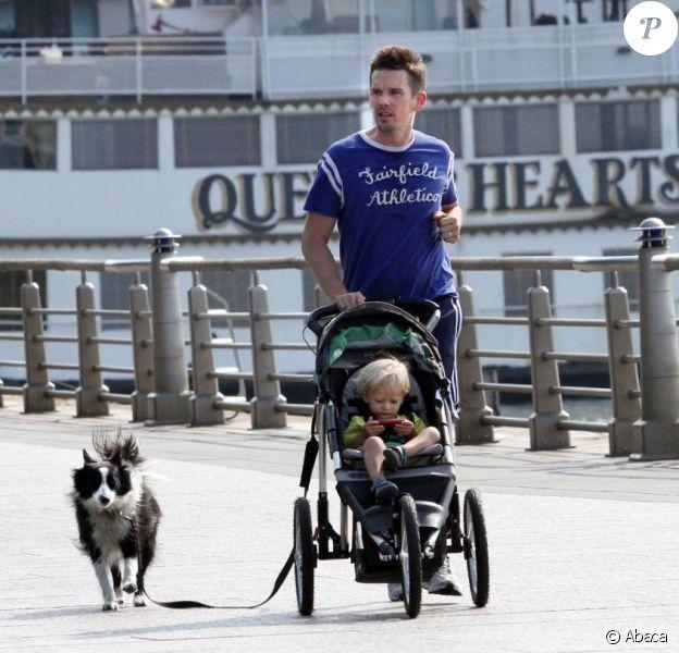 Ethan Hawke, sa fille Clémentine et son chien, en jogging-poussette à New York, le 25 septembre 2010