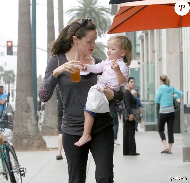 Jennifer Garner et sa petite Seraphina, dans les rues de Los Angeles le 15 octobre 2010