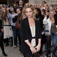 Bye bye jupes ou petites robes ! Avec des formes aussi sublimes, le top Kate Moss n'hésite pas à porter ses collants noirs bien opaques... sans autre accompagnement !