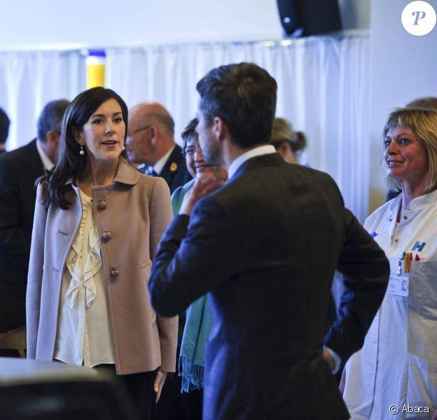 Mary et Frederik de Danemark visitaient, le 26 octobre 2010, le centre de rééducation dédié aux blessés de guerre du conflit afghan au Rigshospitalet de Copenhague.