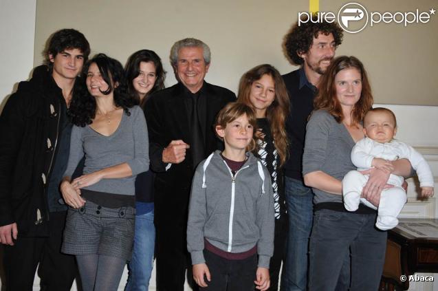 Claude Lelouch entouré de sa famille, à l'occasion de la remise de la médaille Grand Vermeil de la Ville de Paris, à l'Hôtel de Ville de Paris, le 26 octobre 2010.