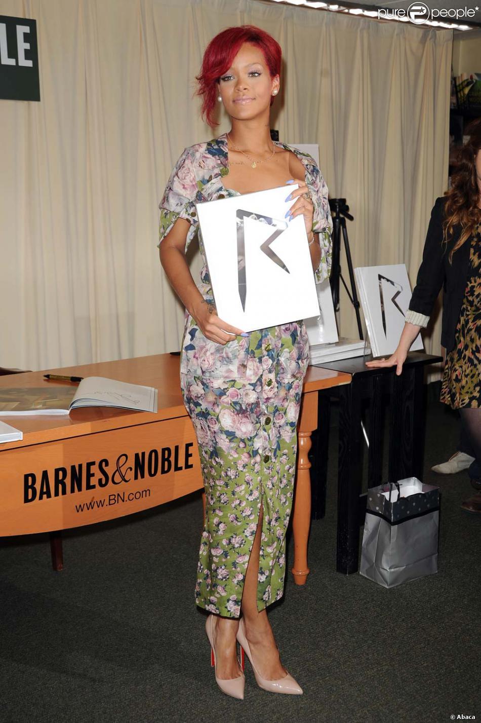 Rihanna Signe Les Exemplaires De Son Livre A La Librairie