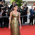 Jenifer au festival de Cannes en 2006 ose la couleur, la belle porte une robe or en lamé avec un chignon bas. Une allure beaucoup plus femme fatale pour une Jenifer sexy à souhait.