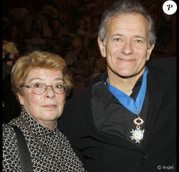 Francis Huster et sa maman à la remise des insignes de l'ordre national du Mérite du comédien, le 3 novembre 2010.
