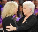 Petula et Line Renaud durant l'enregistrement de l'émission Vivement Dimanche, diffusée le 28 novembre 2010 sur France 2.