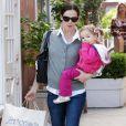 Jennifer Garner et ses filles Violet Affleck, cinq ans, et Seraphina, un an et demi, reviennent d'un marché de proximité après avoir fait quelques courses, samedi 4 décembre, à Los Angeles.