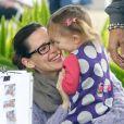 Jennifer Garner et sa fille Seraphina sont au stand d'adoption d'animaux du marché fermier à Los Angeles, le 5 décembre 2010
