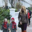 Claudia Schiffer et sa fille Clementine avec une copine. Dans les rues de Londres le 10 décembre 2010 et avec ses cuissardes camel !