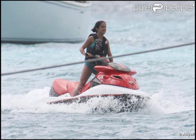 Salma Hayek et son mari sur leur scooter des mers !!