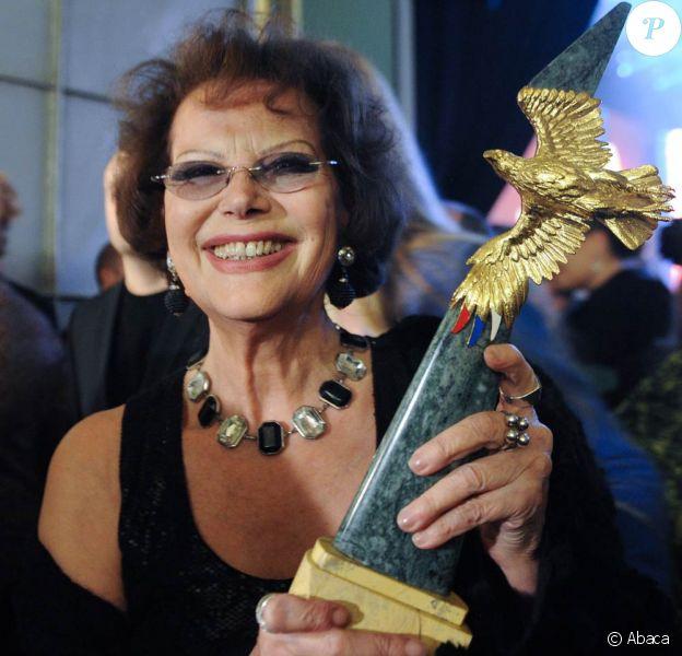 La grande Claudia Cardinale reçoit le Golden Eagle pour sa contribution au cinéma international, à l'occasion de la cérémonie annuelle des studios Mosfilm, à Moscou, le 24 janvier 2011.