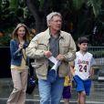 Calista Flockhart assiste avec son fils Liam et son mari Harrison Ford au match des Lakers contre les Celtics le 30 janvier 2011