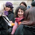 Pia (au centre), la compagne de la défunte, lors des obsèques de Maria Schneider en l'église de Saint-Roch à Paris le 10 février 2011