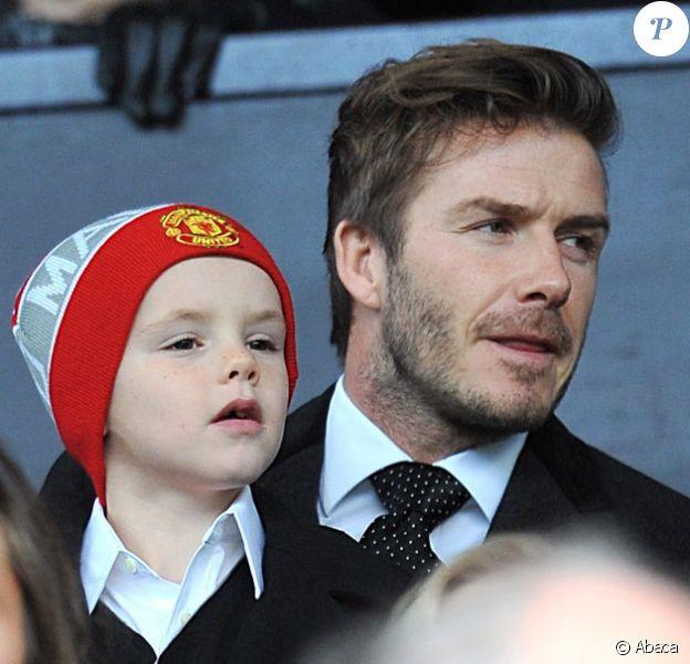 David Beckham au stade Old Trafford à Manchester avec son fils Cruz. Le 12 février 2011