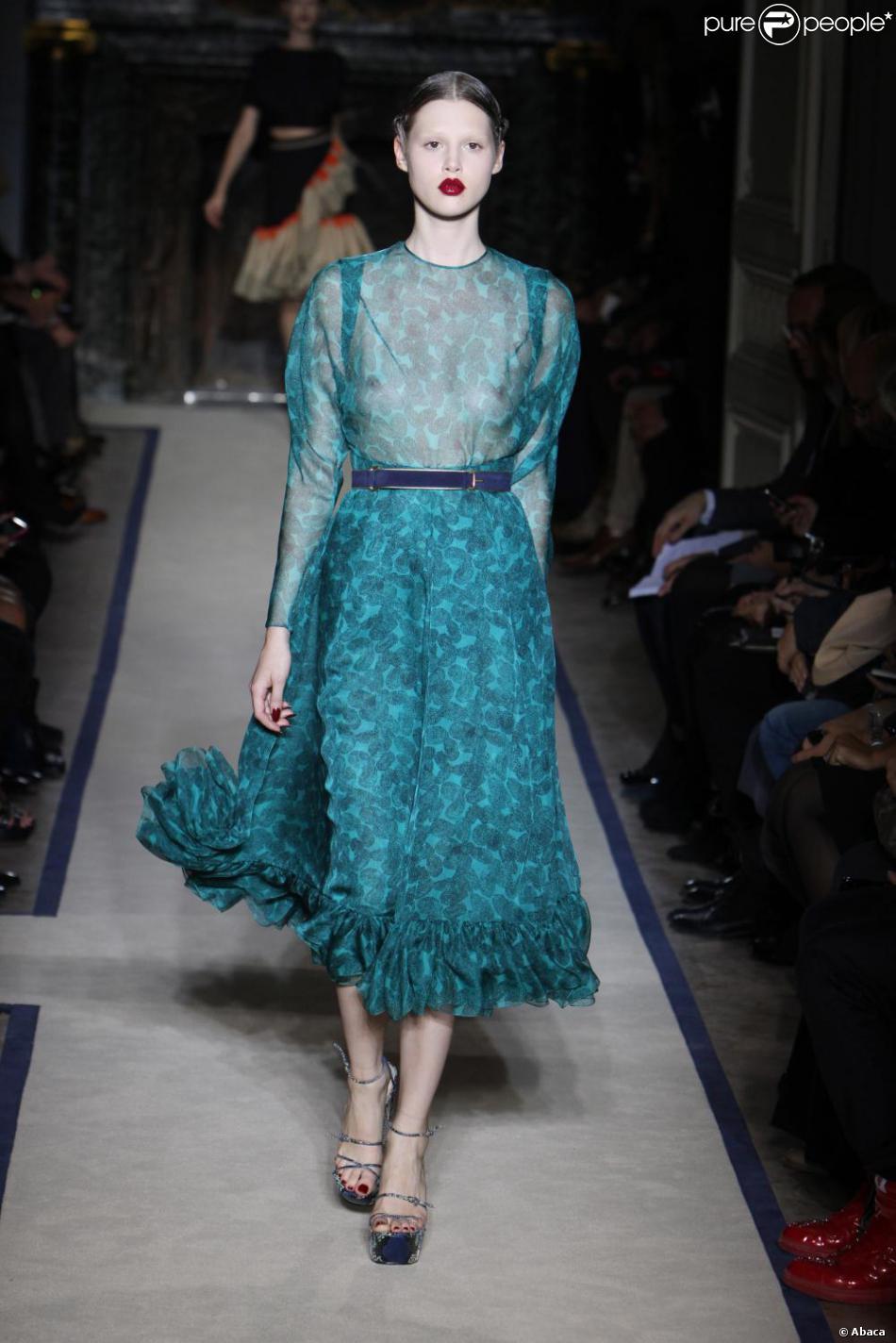 l 39 actrice devrait oser la robe transparente yves saint laurent bleu canard. Black Bedroom Furniture Sets. Home Design Ideas