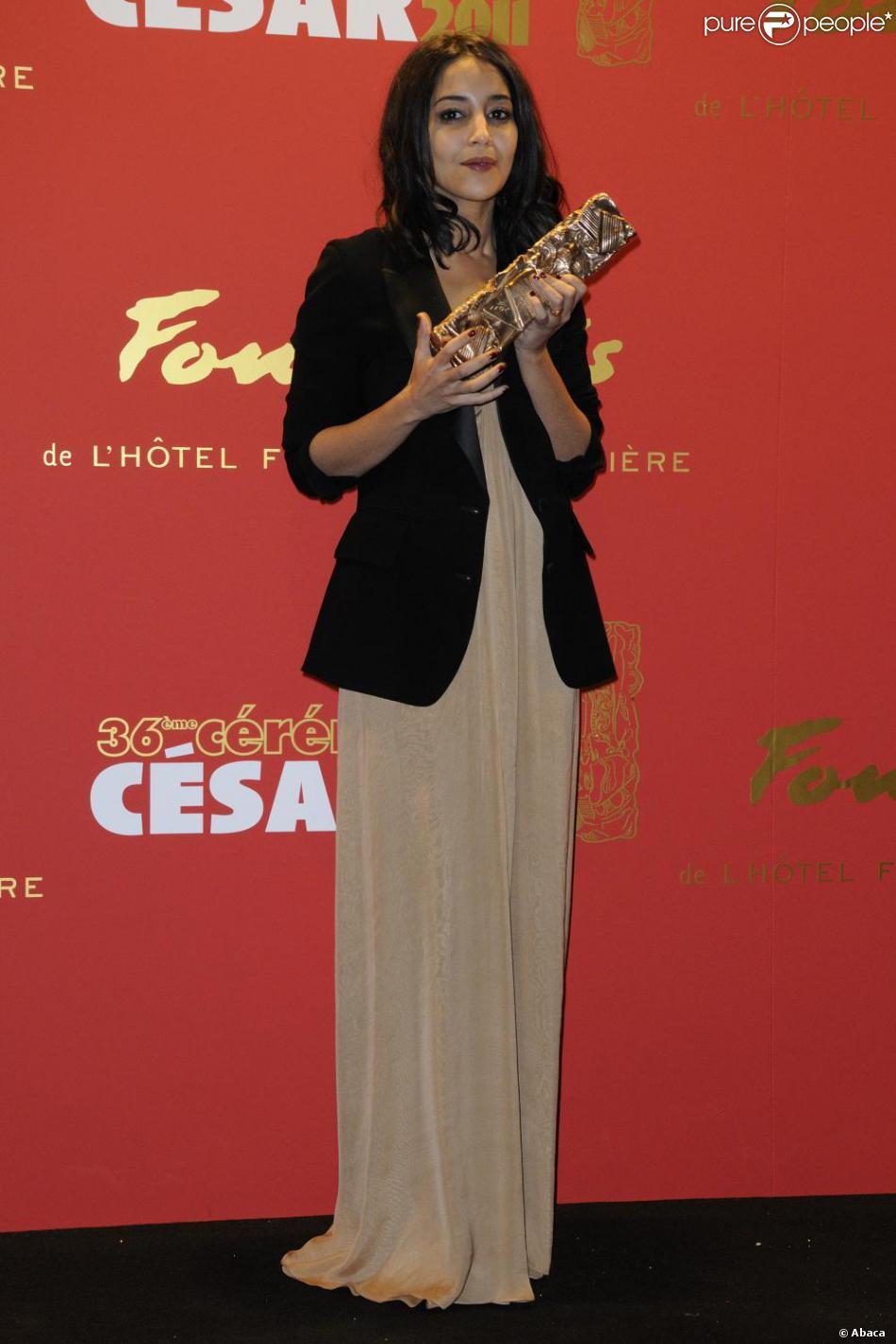 5488b1d5ccb Leïla Bekhti portait une robe bustier Yves Saint Laurent lors de la  cérémonie des César le 25 février 2011.