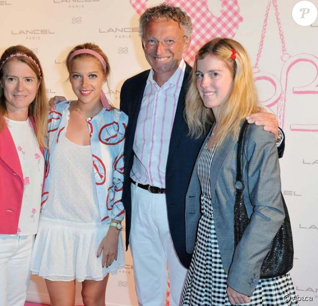 Nelson Monfort avec sa femme et leurs filles Victoria et Isaure, Paris, le 14 juin 2010