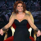 Sophia Loren affiche un décolleté généreux... et même ses seins nus !