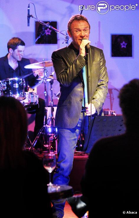 Christophe Hondelatte donne son premier concert sur la scène de l'Amadeus Song à Bordeaux le 16 mars 2011