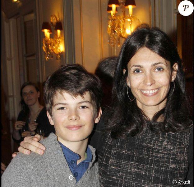 Adeline Blondieau et son fils Aïtor à la séance de dédicaces organisée pour la sortie du livre Tout Paris, de Bertrand de Saint-Vincent. 16/03/2011