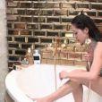 Marjolaine se douche dans la suite de François-Xavier et Afida.
