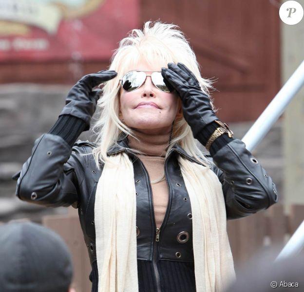 """Dolly Parton inaugure la 26e saison de son parc d'attractions, """"le meilleur du monde"""", Dollywood, dans le Tennessee, le 25 mars 2011."""