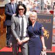 Helen Mirren le 28 mars devant le Chinese Theater, félicitée par Russell Brand avec qui elle va partager l'affiche dans  Arthur