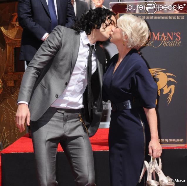 Helen Mirren le 28 mars devant le Chinese Theater. Elle se fait embrasser par Russell Brand avec qui elle a tourné dans Arthur (en salles le 22 juin 2011)