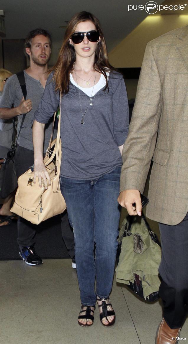 0a25d41779a29e Anne Hathaway et Adam Shulman à l'aéroport de Los Angeles, le 30 mars
