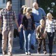 Reese Witherspoon, Jim Toth et les enfants de l'actrice en décembre 2010 à la sortie de l'église à Santa Monica