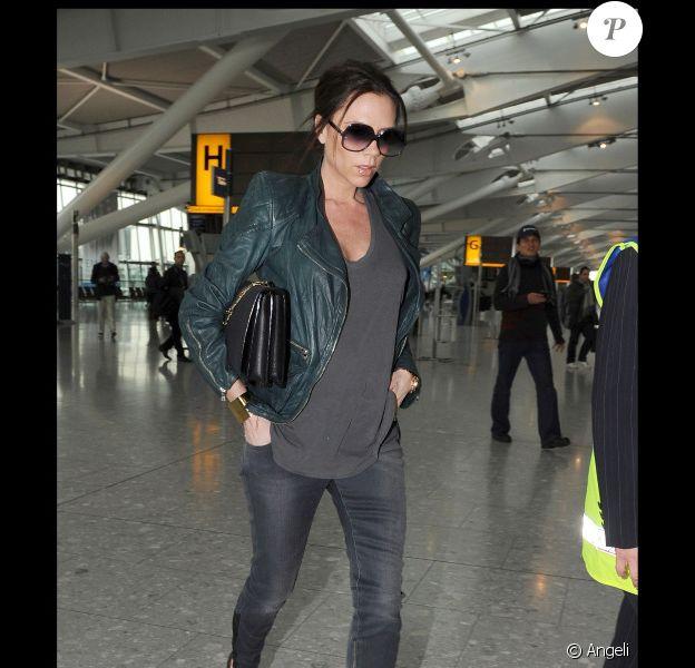 Victoria Beckham arrive à l'aéroport d'Heathrow à Londres en mars 2011