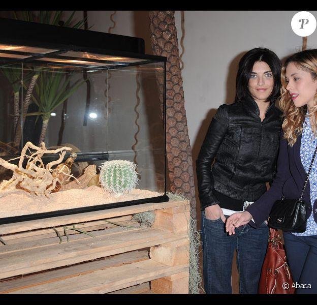 Pauline Delpech et Alysson Paradis lors de l'inauguration d'un bar clandestin à Paris le 12 avril 2011, le Desperados Wild Bar
