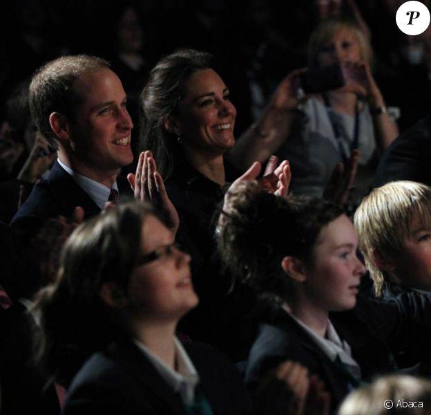 Le prince William et Kate Middleton, le 11 février 2011 dans le Lancashire. Le gouvernement britannique se penche sérieusement sur la question des règles de succession au trône, qui concernera leurs enfants...