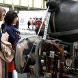 Charlotte Rampling, toujours avec son amie, est totalement fascinée par les pièces de maîtres présentes au Grand Palais le 2 avril dernier.