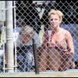 Britney Spears assiste, en compagnie de Jason Trawick, au match de baseball de son petit Sean Preston, cinq ans, à Los Angeles, dimanche 17 avril.