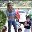 Victoria Prince, enceinte, au match de baseball de Sean Preston, cinq ans, fils de son compagnon Kevin Federline, à Los Angeles, dimanche 17 avril.
