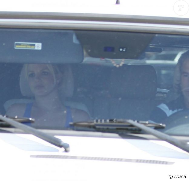 Britney Spears se rend au stade avec son fiancé Jason pour applaudir son fils Sean Preston qui joue au baseball, samedi 30 avril.