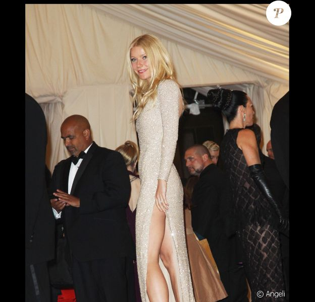 Gwyneth Paltow ose la robe fendue signée Stella McCartney et fait sensation avec sa paire de jambes à se damner ! Le 2 mai lors du MET Ball de New York