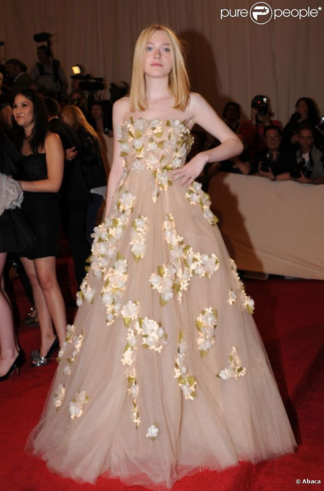 Dakota Fanning, l'une des mieux habillées lors du MET Ball à New York, a fait le show dans une robe Valentino