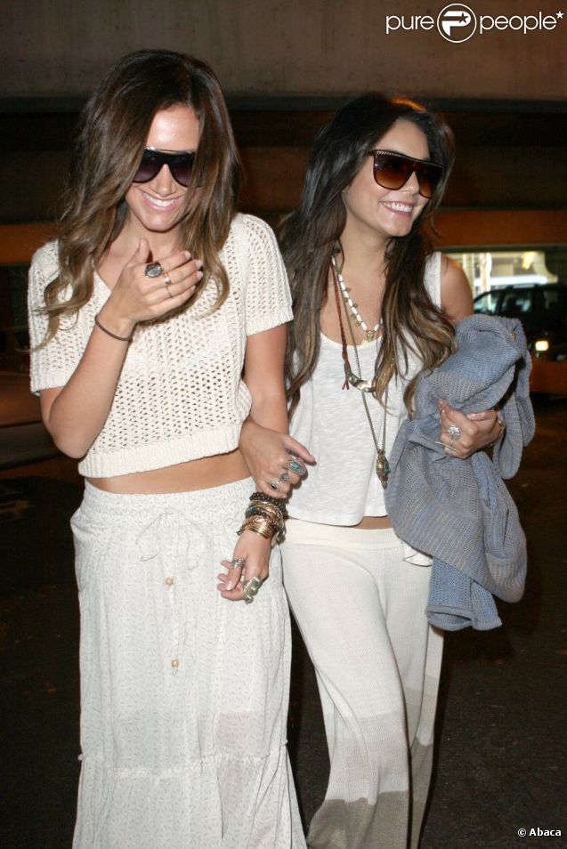 Vanessa Hudgens et Ashley Tisdale rentrent de Mexico, et arrivent à l'aéroport LAX de Los Angeles, mardi 3 mai.