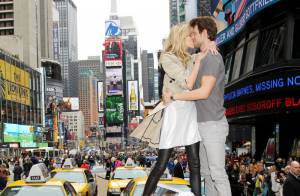 Anja Rubik : la sexy girl embrasse son chéri et provoque un embouteillage !