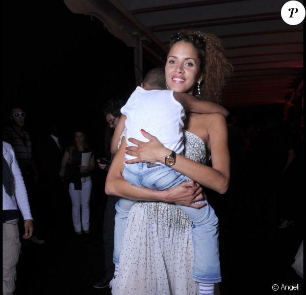Noémie Lenoir et son petit Kelyan dans les coulisses du défilé caritatif Fashion for Relief, le 16 mai 2011, à Cannes.