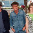 Paolo Sorrentino, Sean Penn et Eve Hewson à l'occasion du photocall de  There Must Be The Place , présenté en compétition lors du 64e Festival de Cannes, le 20 mai 2011.