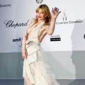 amfAR 2011 : Courtney Love, super trash, laisse sa poitrine aux yeux de tous !