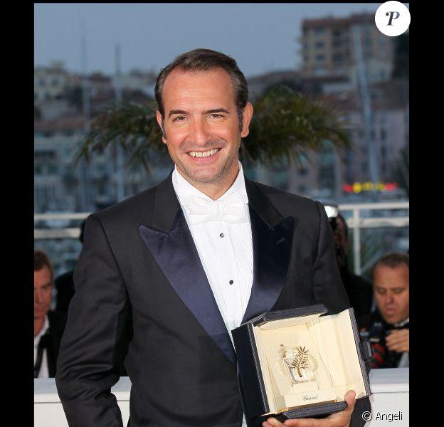 Jean Dujardin et son prix d'interprétation pour The Artist au festival de Cannes le 22 mai 2011