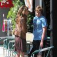 Maria Shriver et son fils Christopher à Brentwood, Los Angeles, le 31 mai 2011.