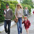 Claudia Schiffer, Matthew Vaughn et leur fille aînée Clementine, à Londres, le 3 mai 2011.