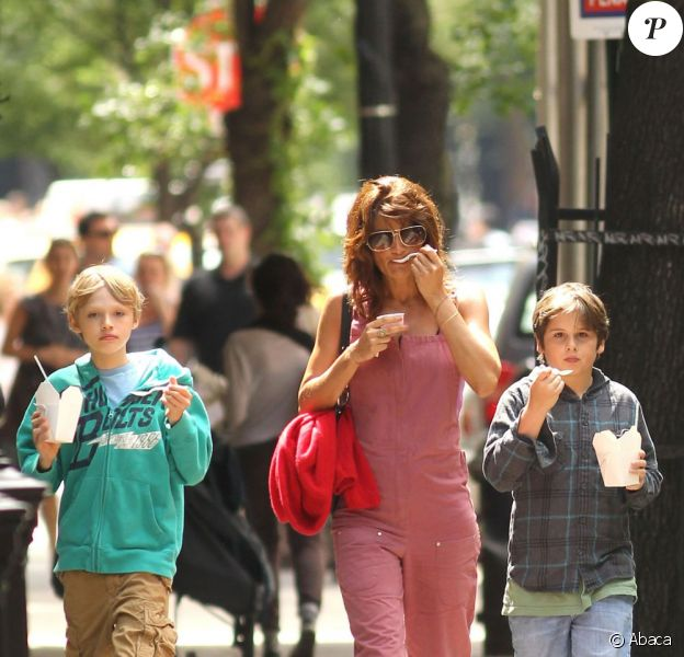 La superbe Helena Christensen en compagnie de son fils Mingus, en shopping dans le quartier de West Village, à New York, le 4 juin 2011.