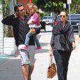 Cash Warren a emmené ses deux femmes, Jessica Alba et leur fille Honor, à l'université de Yale où la famille à retrouvé Jessica Simpson et son fiancé. Los Angeles, 29 mai 2011
