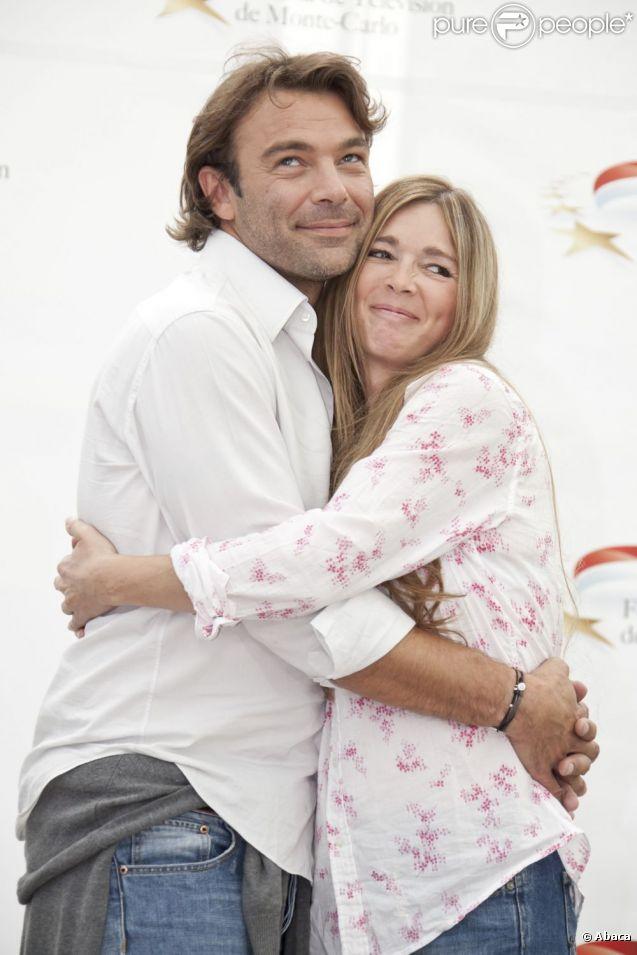 Patrick Puydebat et Hélène Rollès bras dessus bras dessous  sur le tapis rouge lors du 51ème festival de la télévision de Monte-Carlo, jeudi 9 juin 2011.