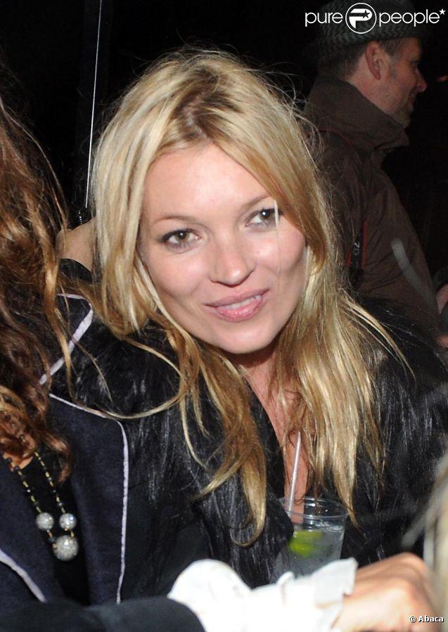 Kate Moss avec ses amies a débuté son enterrement de vie de jeune fille sur l'île de Wight en Angleterre pendant le célèbre Festival de musique. Le 10 juin 2011